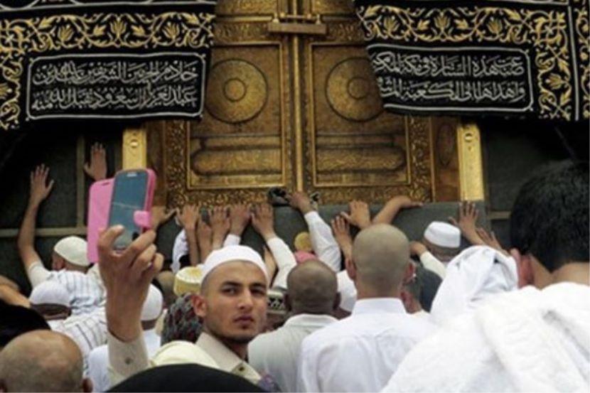 Swafoto di depan Kaabah